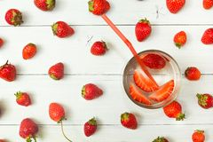 Fondo del agua de la fresa y de las bayas frescas en una tabla blanca ligera Detox, una forma de vida sana Bebida fresca foto de archivo libre de regalías