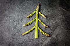 Fondo del alimento Árbol de navidad hecho de concepto sano del día de fiesta del espárrago Fotos de archivo libres de regalías