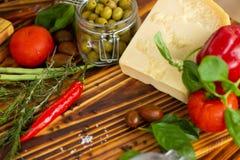 Fondo del alimento Ciérrese encima del queso, de las pimientas, de las aceitunas verdes, de los tomates y de las especias para co fotografía de archivo libre de regalías