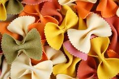 Fondo del alimento de las pastas de las mariposas de Farfalle Imagenes de archivo