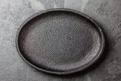 Fondo del alimento Placa negra vacía del arrabio  imagen de archivo libre de regalías