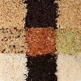 Fondo del arroz dispuesto en un modelo del tablero Imagen de archivo libre de regalías
