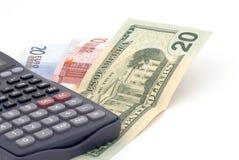 Fondo del asunto con los billetes de banco y la calculadora Imagenes de archivo