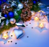 Fondo del azul de las decoraciones de la Navidad de la tarjeta Imagen de archivo libre de regalías