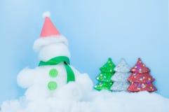 Fondo del azul del día de la Navidad blanca del muñeco de nieve Imagen de archivo