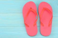 Fondo del azul del verano Vista superior de los accesorios del verano de la playa en fondo de madera azul con el espacio de la co Fotografía de archivo libre de regalías
