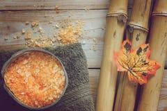 Fondo del balneario con el bambú, la sal de baño en coco, la hoja del otoño y la toalla Fotos de archivo