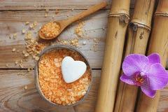 Fondo del balneario con el bambú, la sal de baño, la flor de la orquídea y la piedra en forma de corazón Imágenes de archivo libres de regalías