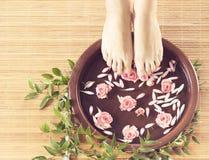 Fondo del balneario de pies, de flores y de pétalos femeninos hermosos Fotos de archivo libres de regalías