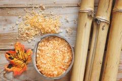 Fondo del balneario en una tabla de madera con el bambú, sal de baño, hoja del otoño Imágenes de archivo libres de regalías