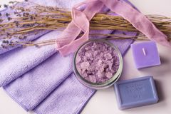 Fondo del balneario, vela en un platillo con los baños de la sal y puntillas de la lavanda Imágenes de archivo libres de regalías