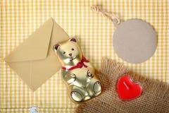 Fondo del biglietto di S. Valentino di concetto dell'etichetta della carta e dell'orso Fotografie Stock Libere da Diritti