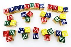 Fondo del blanco de las letras de molde de la sopa del alfabeto Fotos de archivo libres de regalías