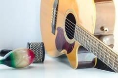 Fondo del blanco de los accesorios de la percusión de la guitarra acústica Imagenes de archivo