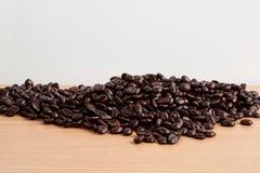 Fondo del blanco de los granos de café Fotografía de archivo libre de regalías