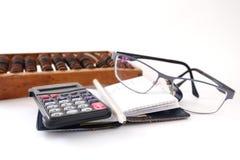 Fondo del blanco de los lápices de los vidrios de la calculadora Imágenes de archivo libres de regalías