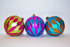 Fondo del blanco de tres ornamentos de la Navidad Fotografía de archivo libre de regalías