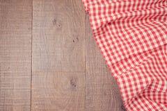 Fondo del bordo di legno con la tovaglia controllata rosso Vista da sopra Fotografia Stock