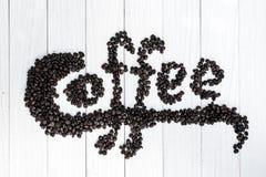 Fondo del café con las habas y la taza blanca Copie el espacio Foto de archivo libre de regalías
