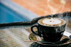 Fondo del café, visión superior con el espacio de la copia fondo, taza de café y mañana del humo de una buena, café caliente y cu foto de archivo libre de regalías