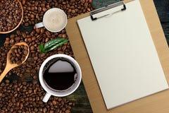 Fondo del caffè, vista superiore con lo spazio della copia Tazza di caffè e latte bianchi, Legno-lavagna per appunti Fotografia Stock