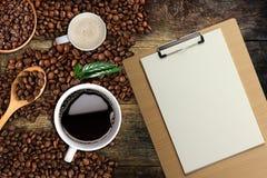 Fondo del caffè, vista superiore con lo spazio della copia Tazza di caffè e latte bianchi, Legno-lavagna per appunti Fotografie Stock