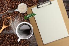 Fondo del caffè, vista superiore con lo spazio della copia Tazza di caffè e latte bianchi, Legno-lavagna per appunti Immagine Stock