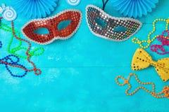 Fondo del carnaval o del carnaval con las máscaras del carnaval, las barbas y los apoyos de la cabina de la foto foto de archivo