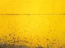 Fondo del cemento salpicado en la pared amarilla Fotos de archivo