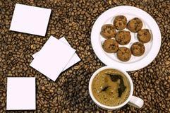 Fondo del chicco di caffè con la tazza di caffè e del croissant caldi freschi Immagine Stock Libera da Diritti
