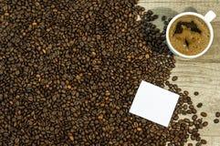 Fondo del chicco di caffè con la tazza di caffè e di spazio caldi freschi per testo Fotografie Stock Libere da Diritti