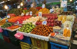 Fondo del chiosco della frutta fresca che vende al mercato di prodotti freschi in Tailandia Immagine del supporto di frutta tropi immagine stock