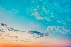 Fondo del cielo, azul brillante, naranja y amarillo imagen de archivo