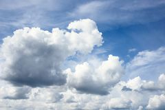 Fondo del cielo azul con las nubes foto de archivo libre de regalías