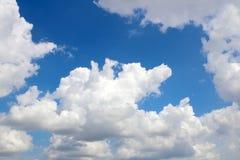 Fondo del cielo azul con las nubes imagen de archivo