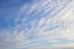 Fondo del cielo azul con las nubes Fotografía de archivo