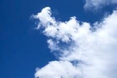 Fondo del cielo azul con las nubes blancas Imagen de archivo