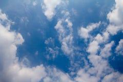 Fondo del cielo azul con las nubes blancas El cielo azul y los clo extensos Foto de archivo