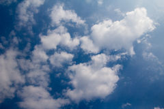 Fondo del cielo azul con las nubes blancas El cielo azul y los clo extensos Imagen de archivo