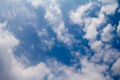 Fondo del cielo azul con las nubes blancas El cielo azul y los clo extensos Fotos de archivo libres de regalías