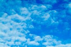 Fondo del cielo azul con las nubes de cúmulo mullidas blancas Imágenes de archivo libres de regalías