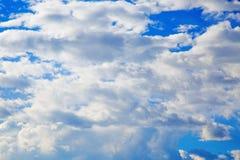 Fondo del cielo azul con las nubes minúsculas Fotografía de archivo libre de regalías