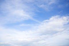Fondo del cielo azul con las nubes minúsculas imagen de archivo
