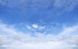 Fondo del cielo azul con las nubes minúsculas foto de archivo libre de regalías