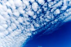Fondo del cielo azul con las nubes minúsculas, nubes en el cielo azul Foto de archivo