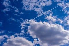 Fondo del cielo azul con las nubes min?sculas Panorama fotografía de archivo libre de regalías