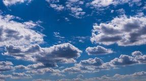 Fondo del cielo azul con las nubes min?sculas Panorama fotos de archivo