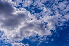 Fondo del cielo azul con las nubes min?sculas Panorama imagenes de archivo