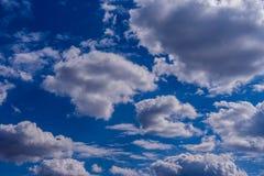 Fondo del cielo azul con las nubes min?sculas Panorama foto de archivo libre de regalías