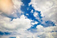 Fondo del cielo azul con nubes minúsculas Imágenes de archivo libres de regalías